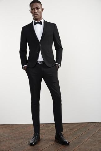 Wie kombinieren: schwarzer Anzug, weißes Businesshemd, schwarze Leder Brogues, schwarze Fliege