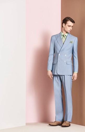 Wie kombinieren: hellblauer Anzug, mintgrünes bedrucktes Businesshemd, beige Leder Brogues, mintgrüne Krawatte