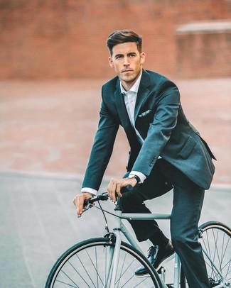 Wie kombinieren: dunkeltürkiser Anzug, weißes Businesshemd, schwarze Leder Brogues, dunkelblaues bedrucktes Einstecktuch