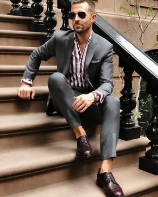 Wie kombinieren: dunkelgrauer Anzug, dunkelrotes vertikal gestreiftes Businesshemd, dunkelrote Leder Brogues, schwarze Sonnenbrille