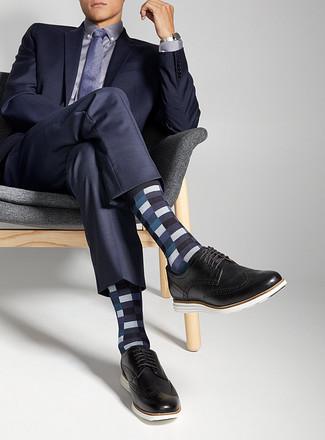 Wie kombinieren: dunkelblauer Anzug, hellviolettes Businesshemd, schwarze Leder Brogues, violette gepunktete Krawatte