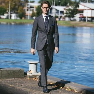 Wie kombinieren: dunkelgrauer Anzug, weißes Businesshemd, dunkelblaue Leder Brogues, dunkelblaue bedruckte Krawatte