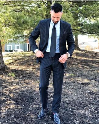 Rote Socken kombinieren: trends 2020: Tragen Sie einen dunkelgrauen vertikal gestreiften Anzug und roten Socken für ein sonntägliches Mittagessen mit Freunden. Schwarze Leder Brogues bringen klassische Ästhetik zum Ensemble.