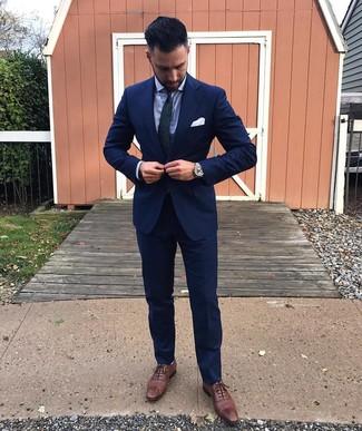 Wie kombinieren: dunkelblauer Anzug, hellblaues Businesshemd, braune Leder Brogues, dunkelblaue und grüne Krawatte mit Paisley-Muster