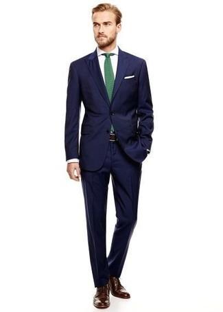 Wie kombinieren: dunkelblauer Anzug, weißes Businesshemd, dunkelbraune Leder Brogues, grüne Krawatte