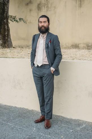 Wie kombinieren: dunkelgrauer Anzug, hellbeige Businesshemd, braune Leder Brogues, hellbeige Krawatte