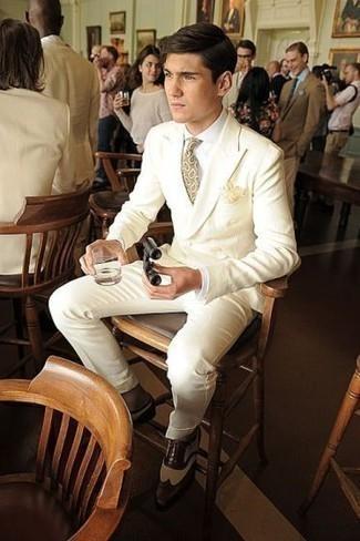Hellbeige Krawatte mit Paisley-Muster kombinieren: trends 2020: Kombinieren Sie einen hellbeige Anzug mit einer hellbeige Krawatte mit Paisley-Muster für einen stilvollen, eleganten Look. Machen Sie diese Aufmachung leger mit dunkelbraunen Leder Brogues.