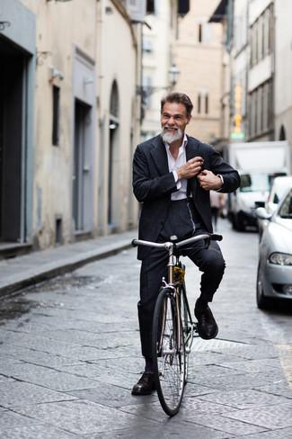 50 Jährige: Hosenträger kombinieren – 31 Herren Outfits: Tragen Sie einen dunkelgrauen Anzug und einen Hosenträger für ein Alltagsoutfit, das Charakter und Persönlichkeit ausstrahlt. Fühlen Sie sich ideenreich? Komplettieren Sie Ihr Outfit mit dunkelbraunen Leder Brogues.