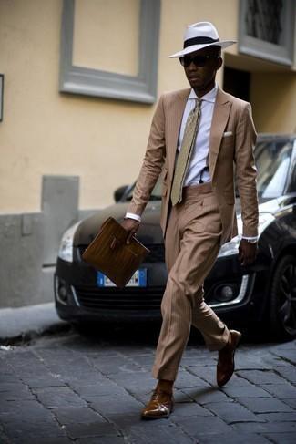 Hosenträger kombinieren – 355 Herren Outfits: Kombinieren Sie einen beige vertikal gestreiften Anzug mit einem Hosenträger für ein bequemes Outfit, das außerdem gut zusammen passt. Vervollständigen Sie Ihr Outfit mit braunen Leder Brogues, um Ihr Modebewusstsein zu zeigen.