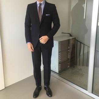 Dunkelrote bedruckte Krawatte kombinieren – 173 Herren Outfits: Entscheiden Sie sich für einen schwarzen Anzug und eine dunkelrote bedruckte Krawatte für einen stilvollen, eleganten Look. Schwarze Leder Brogues leihen Originalität zu einem klassischen Look.