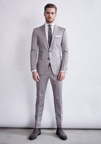 Graue Chelsea Boots aus Wildleder kombinieren – 80 Herren Outfits: Erwägen Sie das Tragen von einem grauen Anzug und einem weißen Businesshemd für einen stilvollen, eleganten Look. Fühlen Sie sich mutig? Komplettieren Sie Ihr Outfit mit grauen Chelsea Boots aus Wildleder.