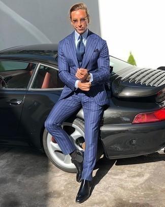 Einstecktuch kombinieren – 500+ Herren Outfits: Die Paarung aus einem blauen vertikal gestreiften Anzug und einem Einstecktuch ist eine komfortable Wahl, um Besorgungen in der Stadt zu erledigen. Putzen Sie Ihr Outfit mit schwarzen Chelsea Boots aus Leder.