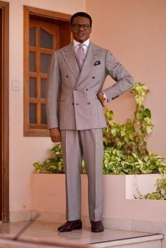 Grauen Anzug kombinieren – 500+ Herren Outfits: Vereinigen Sie einen grauen Anzug mit einem weißen Businesshemd für eine klassischen und verfeinerte Silhouette. Fühlen Sie sich mutig? Wählen Sie dunkelroten Chelsea Boots aus Leder.
