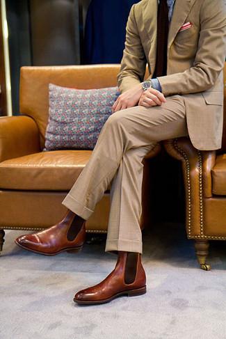 Geben Sie den bestmöglichen Look ab in einem beige Anzug und einem blauen Businesshemd mit Vichy-Muster. Machen Sie diese Aufmachung leger mit braunen chelsea-stiefeln aus leder.