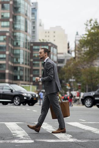 Wie kombinieren: grauer Anzug, weißes Businesshemd, braune Chelsea-Stiefel aus Leder, braune Shopper Tasche aus Leder