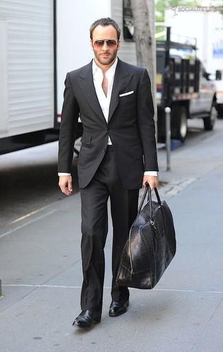 Wie kombinieren: schwarzer Anzug, weißes Businesshemd, schwarze Chelsea-Stiefel aus Leder, schwarze Leder Sporttasche