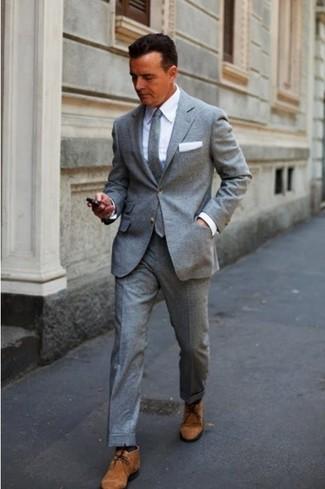grauer Wollanzug, weißes Businesshemd, braune Chukka-Stiefel aus Wildleder, graue Wollkrawatte für Herren