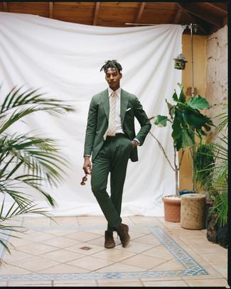 Wie kombinieren: dunkelgrüner Anzug aus Seersucker, weißes Businesshemd, dunkelbraune Chukka-Stiefel aus Wildleder, hellbeige bedruckte Krawatte