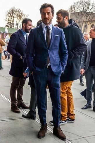Hellblaues vertikal gestreiftes Businesshemd kombinieren: trends 2020: Vereinigen Sie ein hellblaues vertikal gestreiftes Businesshemd mit einem dunkelblauen vertikal gestreiften Anzug für eine klassischen und verfeinerte Silhouette. Fühlen Sie sich mutig? Komplettieren Sie Ihr Outfit mit dunkelbraunen Chukka-Stiefeln aus Wildleder.