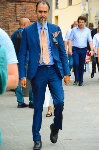 Hellblaues vertikal gestreiftes Businesshemd kombinieren: trends 2020: Erwägen Sie das Tragen von einem hellblauen vertikal gestreiften Businesshemd und einem blauen Anzug für eine klassischen und verfeinerte Silhouette. Suchen Sie nach leichtem Schuhwerk? Ergänzen Sie Ihr Outfit mit schwarzen Chukka-Stiefeln aus Leder für den Tag.