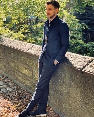 Herren Outfits 2020: Kombinieren Sie einen dunkelblauen Anzug mit einem weißen Businesshemd für eine klassischen und verfeinerte Silhouette. Suchen Sie nach leichtem Schuhwerk? Wählen Sie dunkelblauen Chukka-Stiefel aus Wildleder für den Tag.