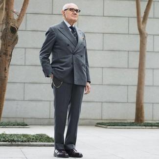 60 Jährige: Outfits Herren 2020: Kombinieren Sie einen grauen vertikal gestreiften Anzug mit einem weißen Businesshemd, um vor Klasse und Perfektion zu strotzen. Fühlen Sie sich mutig? Ergänzen Sie Ihr Outfit mit dunkelroten Chukka-Stiefeln aus Leder.