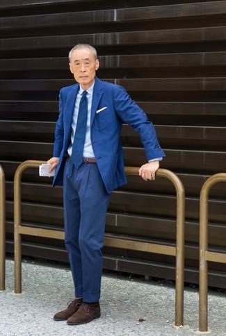 60 Jährige: Outfits Herren 2020: Entscheiden Sie sich für einen blauen Anzug und ein hellblaues Businesshemd für eine klassischen und verfeinerte Silhouette. Wenn Sie nicht durch und durch formal auftreten möchten, ergänzen Sie Ihr Outfit mit dunkelbraunen Chukka-Stiefeln aus Wildleder.