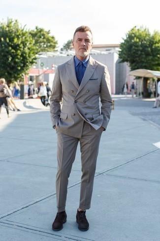 Grauen Anzug kombinieren – 500+ Herren Outfits: Paaren Sie einen grauen Anzug mit einem blauen Businesshemd für einen stilvollen, eleganten Look. Wenn Sie nicht durch und durch formal auftreten möchten, vervollständigen Sie Ihr Outfit mit dunkelbraunen Chukka-Stiefeln aus Wildleder.