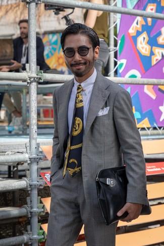 Wie kombinieren: grauer Anzug mit Schottenmuster, weißes Businesshemd, schwarze Leder Clutch Handtasche, dunkelblaue bedruckte Krawatte