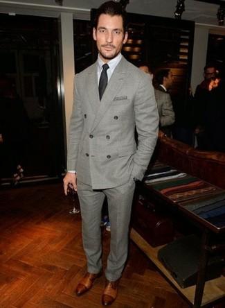 David Gandy trägt Grauer Wollanzug, Weißes Businesshemd, Braune Leder Derby Schuhe, Schwarze Krawatte