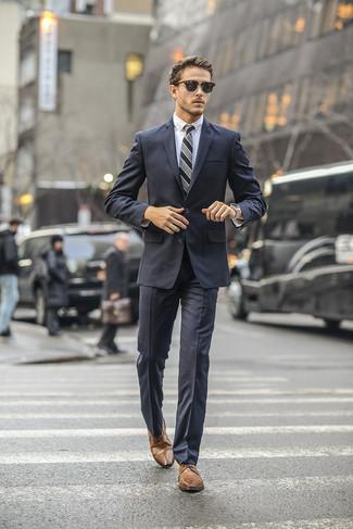 Wie kombinieren: dunkelgrauer Anzug, weißes Businesshemd, braune Leder Derby Schuhe, graue vertikal gestreifte Krawatte