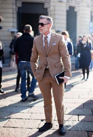 Wie kombinieren: brauner Wollanzug, weißes Businesshemd, schwarze Leder Derby Schuhe, braune Wollkrawatte