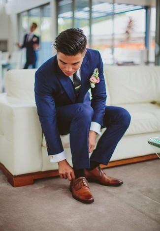 Blauer Anzug Weißes Businesshemd Rotbraune Leder Derby Schuhe