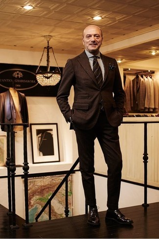 Wie kombinieren: dunkelbrauner Wollanzug mit Karomuster, weißes vertikal gestreiftes Businesshemd, dunkelbraune Leder Derby Schuhe, dunkelbraune horizontal gestreifte Krawatte