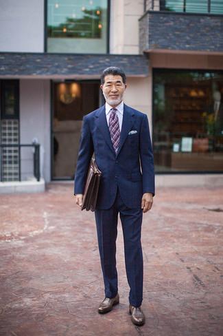 Wie kombinieren: dunkelblauer Anzug mit Karomuster, weißes Businesshemd, braune Leder Derby Schuhe, braune Leder Aktentasche
