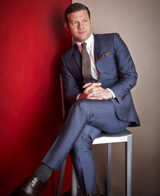 Wie kombinieren: dunkelblauer Anzug, weißes Businesshemd, dunkelbraune Leder Derby Schuhe, dunkelbraune Wollkrawatte