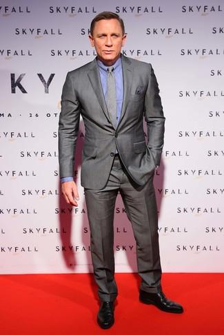 Daniel Craig trägt Grauer Anzug, Blaues Businesshemd, Schwarze Leder Derby Schuhe, Graue Krawatte mit Schottenmuster