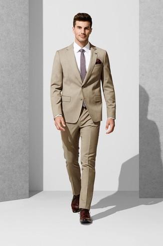 Wie kombinieren: beige Anzug, weißes Businesshemd, dunkelrote Leder Derby Schuhe, dunkelrote bedruckte Krawatte