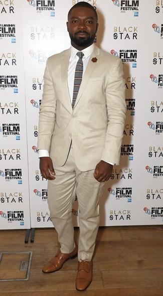 Wie kombinieren: hellbeige Anzug, weißes Businesshemd, beige Leder Derby Schuhe, braune horizontal gestreifte Krawatte