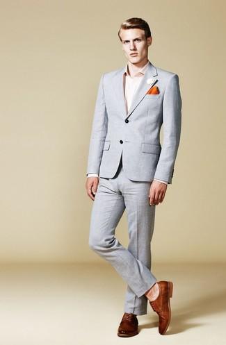 Wie kombinieren: grauer Anzug, rosa Businesshemd, braune Leder Derby Schuhe, orange Einstecktuch