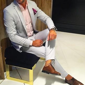 Wie kombinieren: grauer Anzug, rosa Businesshemd, braune Leder Derby Schuhe, rotes Einstecktuch mit Paisley-Muster