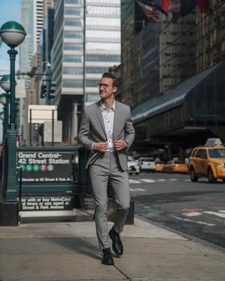 Wie kombinieren: grauer Anzug, weißes Businesshemd, schwarze Leder Derby Schuhe, schwarze Lederuhr