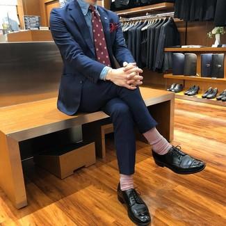 Wie kombinieren: dunkelblauer Anzug, blaues Chambray Businesshemd, schwarze Leder Derby Schuhe, dunkelrote bedruckte Krawatte