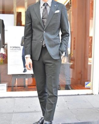 Wie kombinieren: grauer Anzug, weißes vertikal gestreiftes Businesshemd, schwarze Leder Derby Schuhe, graue Krawatte