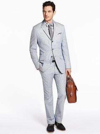 Wie kombinieren: grauer Anzug aus Seersucker, graues Businesshemd mit Karomuster, schwarze Wildleder Derby Schuhe, braune Leder Aktentasche