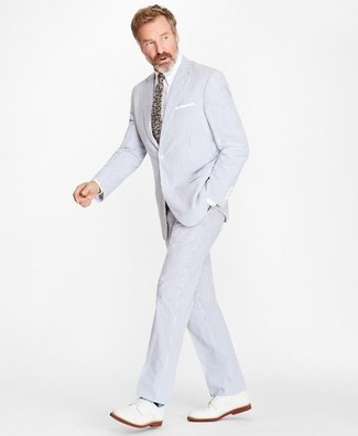 Wie kombinieren: hellblauer Anzug aus Seersucker, weißes Businesshemd, weiße Leder Derby Schuhe, mehrfarbige Krawatte mit Blumenmuster