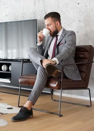 Dunkelrote bedruckte Krawatte kombinieren: Kombinieren Sie einen grauen Anzug mit Karomuster mit einer dunkelroten bedruckten Krawatte für eine klassischen und verfeinerte Silhouette. Fühlen Sie sich ideenreich? Komplettieren Sie Ihr Outfit mit schwarzen Leder Derby Schuhen.