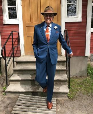 Wie kombinieren: dunkelblauer Anzug, hellblaues Businesshemd, braune Leder Derby Schuhe, brauner Wollhut