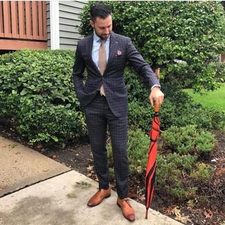 Wie kombinieren: dunkelgrauer Anzug mit Karomuster, hellblaues Businesshemd, braune Leder Derby Schuhe, beige Krawatte