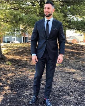 Wie kombinieren: schwarzer vertikal gestreifter Anzug, hellblaues Businesshemd, schwarze Leder Derby Schuhe, schwarze Krawatte